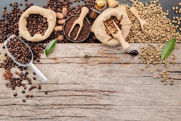 Sfondo di vari caffè con messa a punto di palette su legno