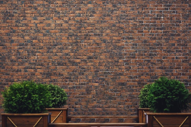 Sfondo muro di mattoni di clinker marrone scuro e panche di legno