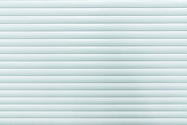 Sfondo di linee bianche, metallo arrotolato contro la porta