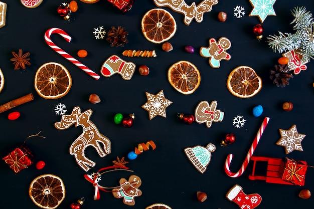 Sfondo con palline, biscotti di natale, fiocchi di neve e arance. motivo natalizio.