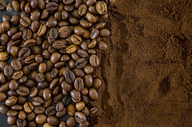 Sfondo con caffè macinato e chicchi di caffè