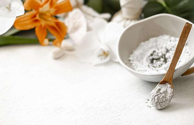 Sfondo con cosmetici naturali per trattamenti termali a casa o in salone, cura cosmetica della pelle del viso.