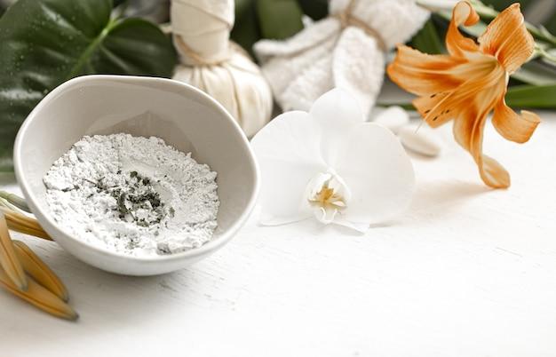 Sfondo con cosmetici naturali per trattamenti spa a casa o in salone, cura cosmetica della pelle del viso.