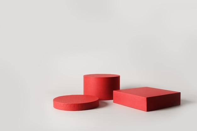 Sfondo con podi rossi per prodotto su grigio per merci di presentazione o mostre.
