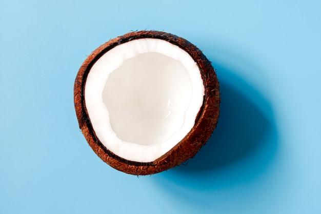 Sfondo con il primo piano di noci di cocco spaccate