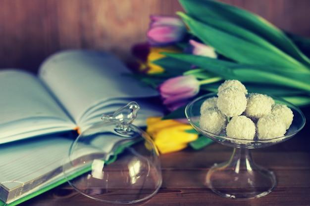 Fondo in legno con tulipano e tè