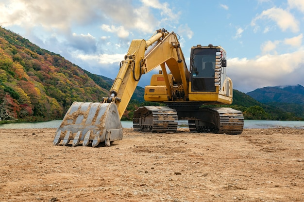 Retroescavatore a terra. cantiere in laguna, escavatore pala gommata.
