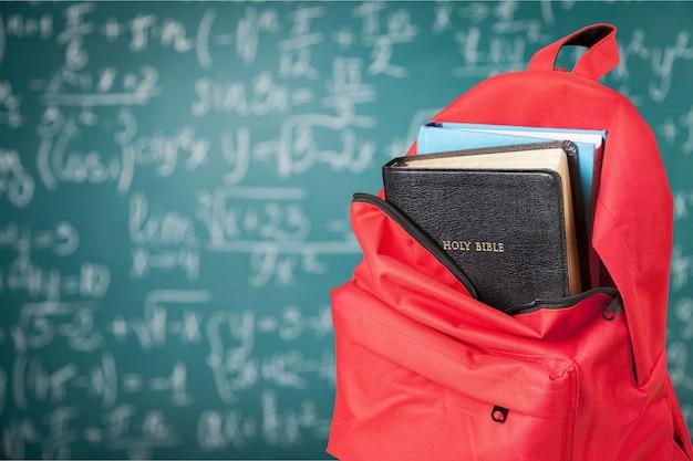 Zaino con libro biblico, vista ravvicinata