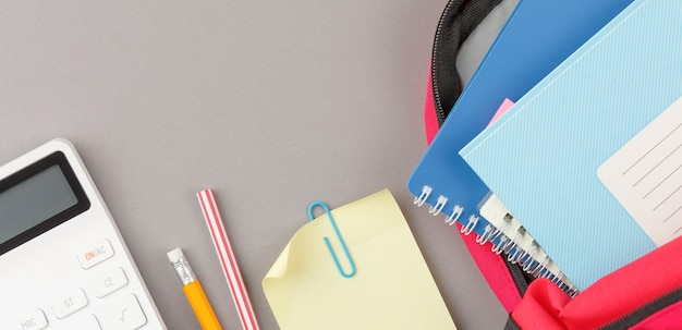 Zaino con blocco note e materiale per lo studio