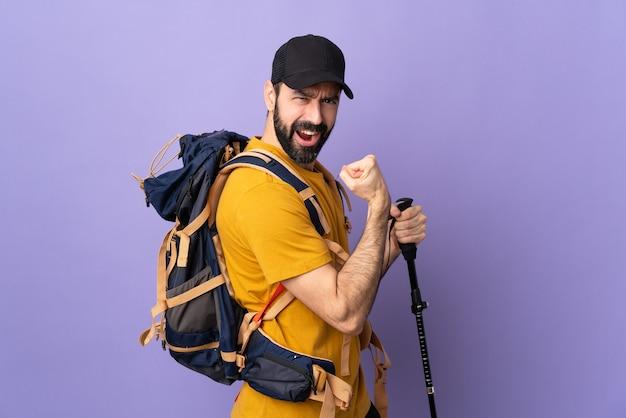 Uomo con zaino e sacco a pelo o avventuriero isolato