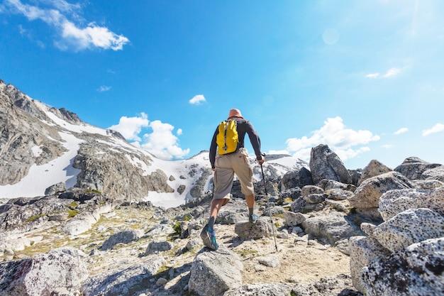 Zaino in spalla in escursione nelle montagne autunnali
