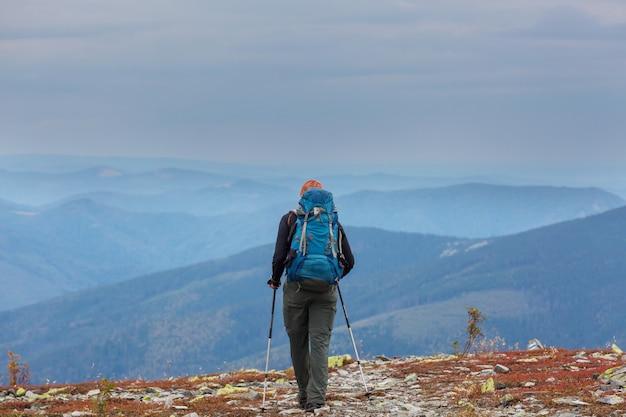 Backpacker in escursione in alta montagna