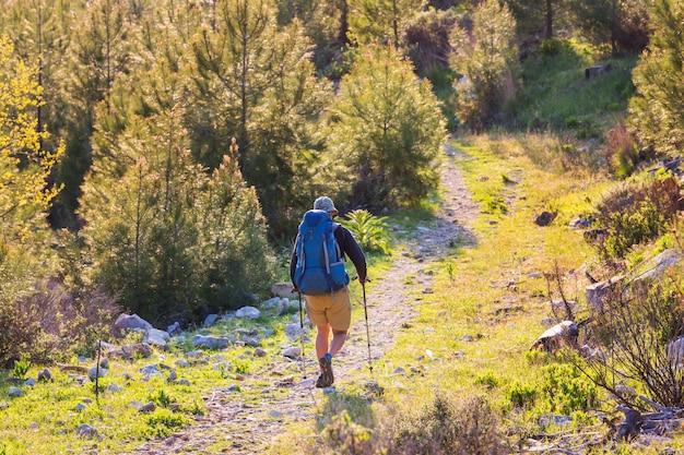 Zaino in spalla in un'escursione in montagna estiva