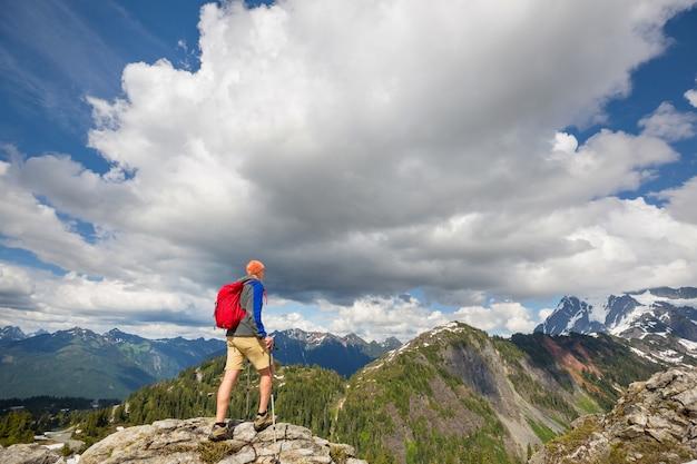 Zaino in spalla nelle montagne estive