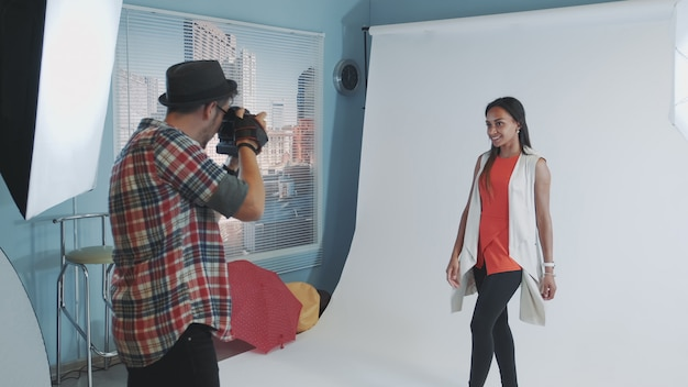 Backstage del servizio fotografico: giovane donna multirazziale in posa per il servizio fotografico di una rivista di moda.