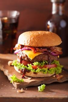 Hamburger al formaggio con pancetta di manzo e cipolla al pomodoro