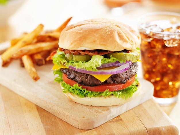 Cheeseburger al bacon con patatine fritte e bibita analcolica