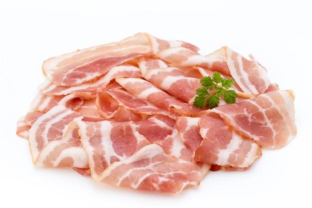 Bacon isolato su bianco. cibo delikatese.