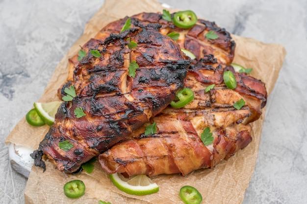 Petto di pollo grigliato avvolto in pancetta