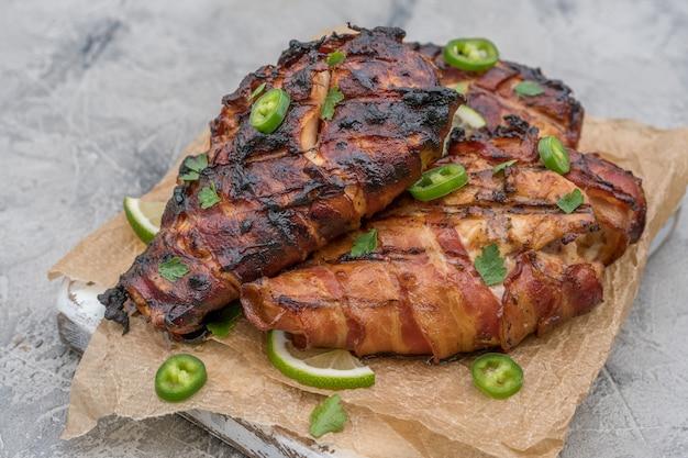 Petto di pollo grigliato avvolto nel bacon