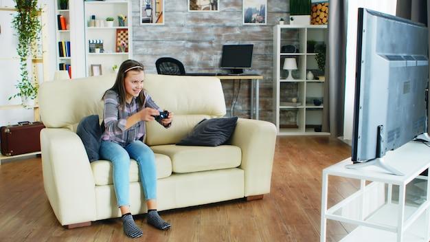 Cattivo comportamento della piccola figlia dopo che sua madre ha preso il suo controller per i videogiochi.