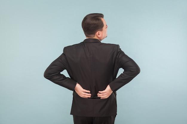 L'uomo d'affari del concetto di cattivi sentimenti ha dolore alla colonna vertebrale