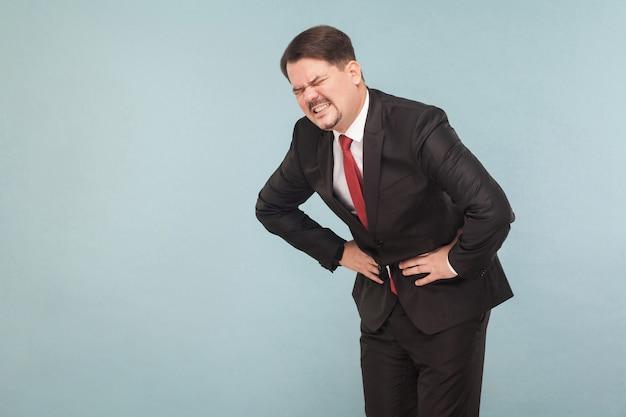 L'uomo d'affari di concetto di cattivi sentimenti ha mal di stomaco