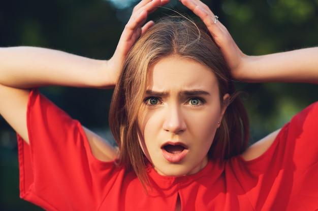 Espressione di brutta sorpresa. donna in difficoltà. aiuta a sostenere il concetto di paura dell'impotenza