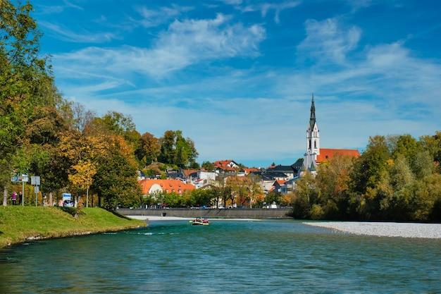 Pittoresca località turistica di bad tolz in baviera germania in autunno e fiume isar