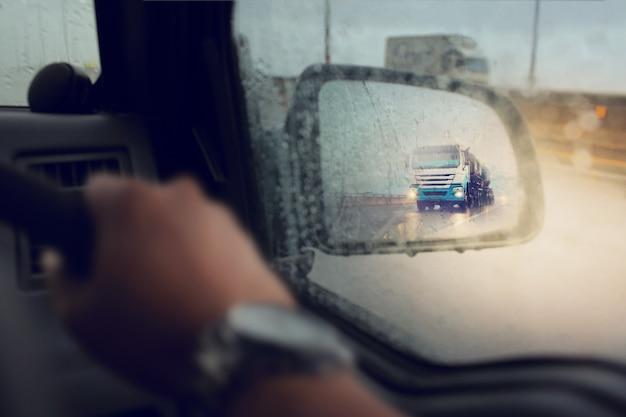Maltempo sulla strada durante la tempesta di pioggia, messa a fuoco selettiva e colore tonica.