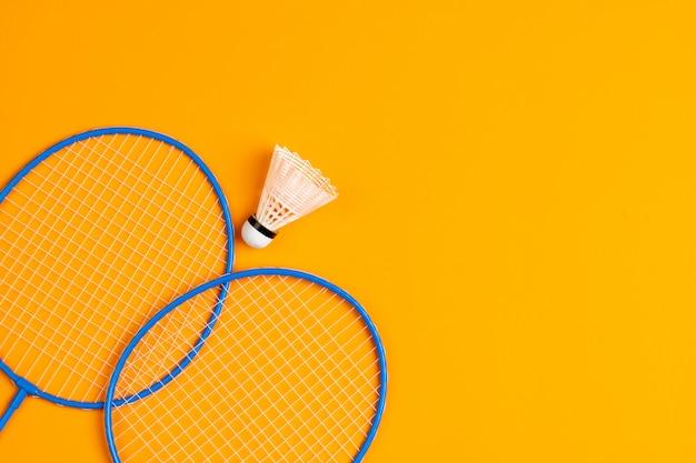 Attrezzatura da badminton. racchette e volano, vista dall'alto