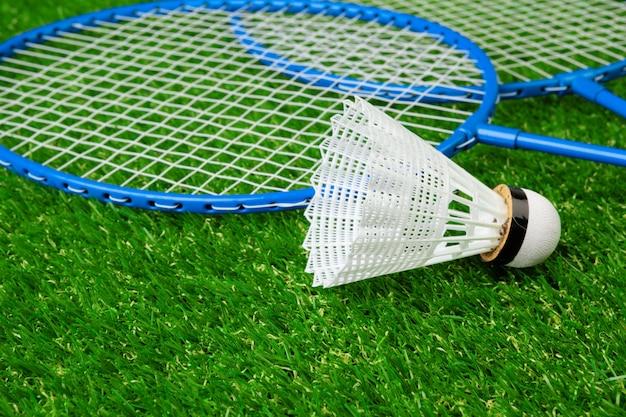 Racchette da gioco di badminton e volano sull'erba