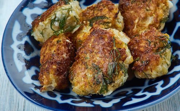 Bafela cabbage muthias - gnocchi speziati abbinati, fatti con farina di ceci, cavolo e spezie.