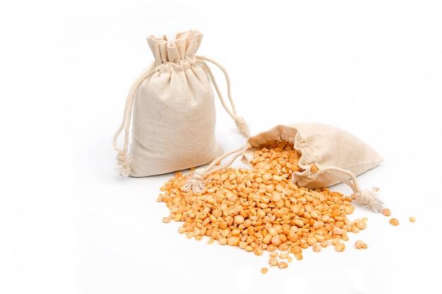 Borsa di piselli gialli di cereali su uno spazio bianco.