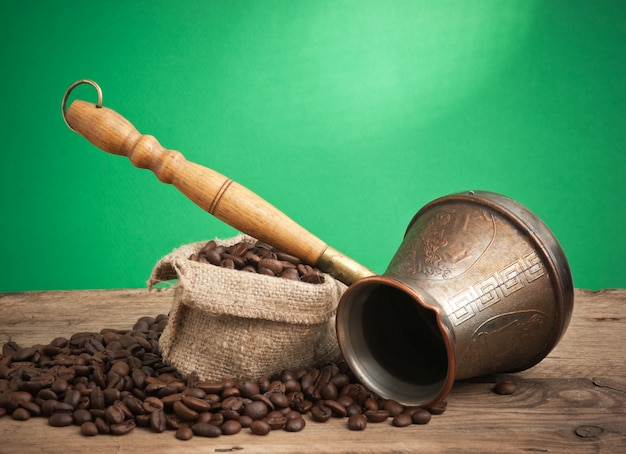 Sacchetto di chicchi di caffè e una caffettiera