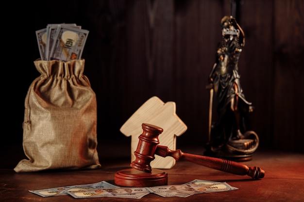Borsa della casa dei soldi e martelletto con la signora della giustizia