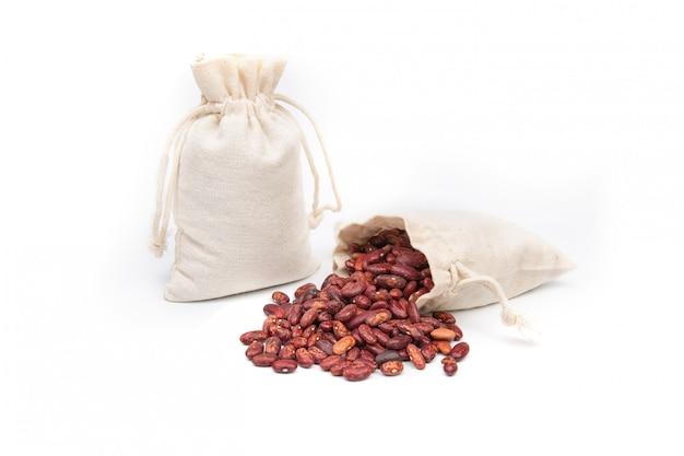Borsa di fagioli rossi su uno spazio bianco