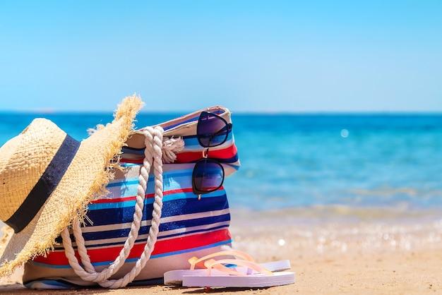 Borsa e cose per rilassarsi sulla spiaggia del mare. messa a fuoco selettiva. natura.