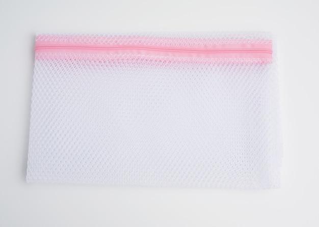 Borsa per lavare i panni nel cestello di una lavatrice da una rete bianca