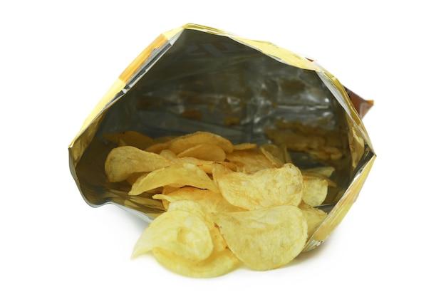 Borsa con patatine isolato su superficie bianca
