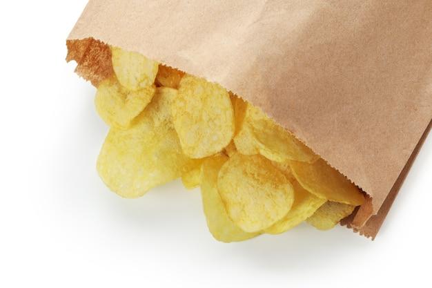 Borsa con patatine isolato su bianco
