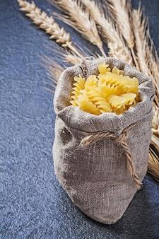 Sacchetto con maccheroni crudi spighe di segale