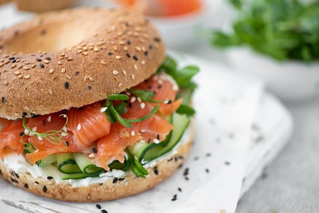 Bagel con salmone salato, cetriolo e crema di formaggio