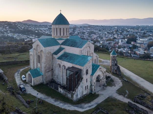 La cattedrale di bagrati fu costruita nell'xi secolo a kutasi, in georgia.