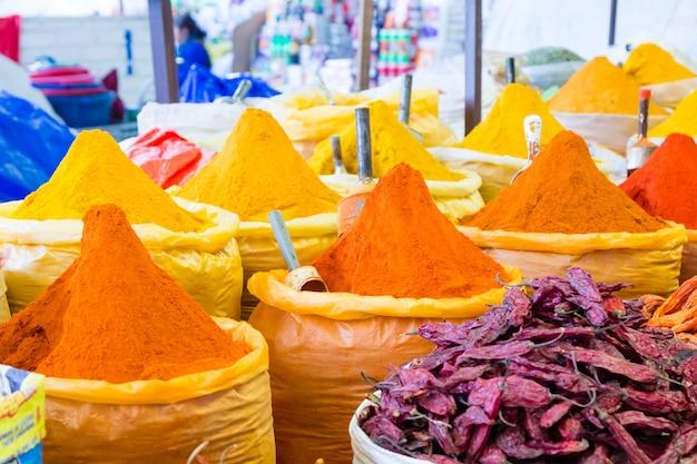 Sacchetti di spezie colorate. mercato tradizionale di sucre, bolivia
