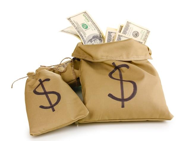 Borse con soldi isolati su bianco