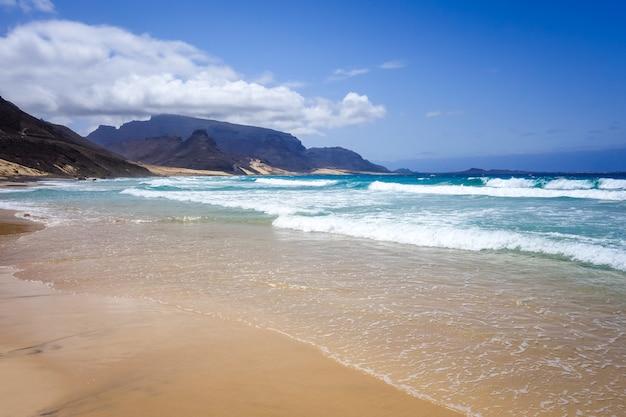 Spiaggia baia das gatas sull'isola di sao vicente, capo verde Foto Premium