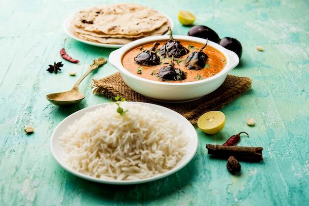 Baingan o baigan masala o melanzane o melanzane al curry servite con chapati e riso, messa a fuoco selettiva