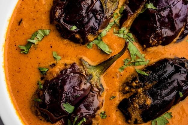 Baingan sabzi o baigan masala o melanzane o melanzane al curry servite in ciotola o padella, messa a fuoco selettiva