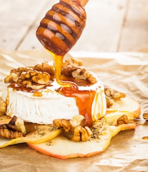 Camembert al forno con mele bagnate con miele e noci